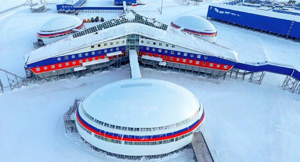 Rusya Savunma Bakanlığı, Kuzey Filosu'na bağlı Arktik bölgesinde bulunan 'Arktik Trilistik' (Arktik Yoncası) isimli askeri üssünü görme imkânı veren interaktif 3D bir tur hazırladı.