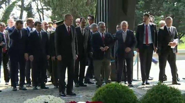Cumhurbaşkanı Recep Tayyip Erdoğan, referandumdan sonra ilk ziyaretini bugün 24. ölüm yıldönümü olan Eski Cumhurbaşkanı Turgut Özal'ın kabrine yaptı.
