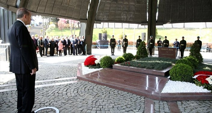 Cumhurbaşkanı Recep Tayyip Erdoğan, 8. Cumhurbaşkanı Turgut Özal'ın kabrini ziyaret etti.