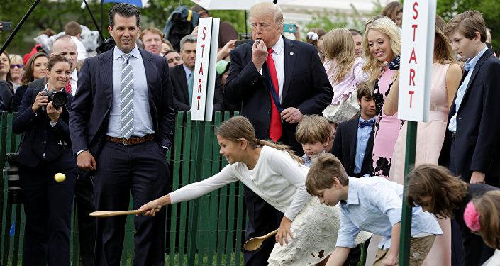 Beyaz Saray'ın en fazla misafir ağırladığı gün olan Paskalya kutlamaları sırasında Trump'ın oyun oynayan çocuklara hakemlik yaptığı anlarda kameralara yansıdı.
