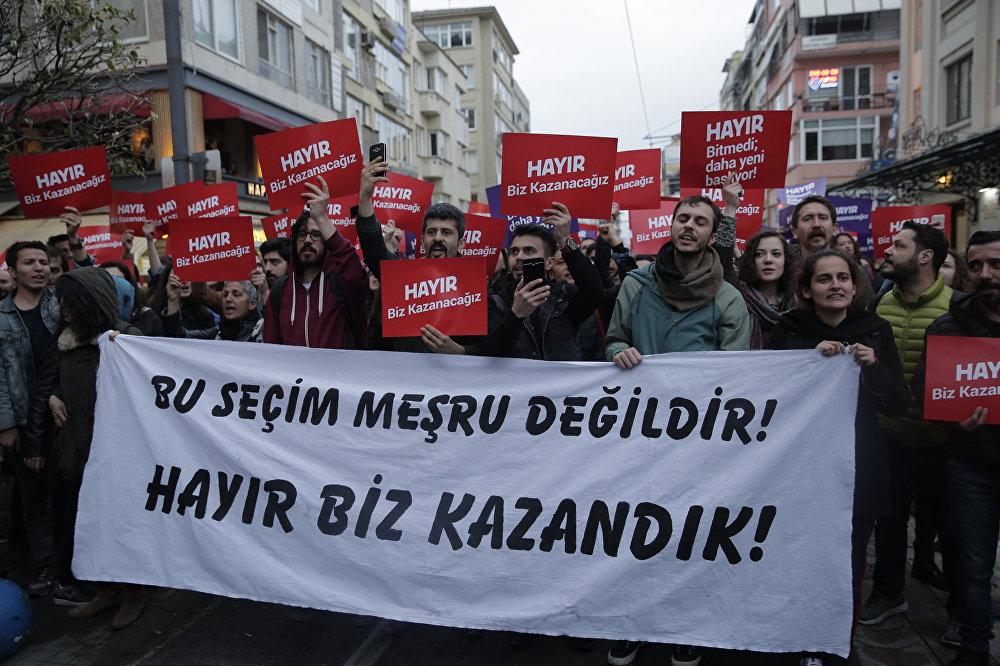 Kadıköy'de çok sayıda kişi referandumun ardından protesto gösterisi düzenliyor