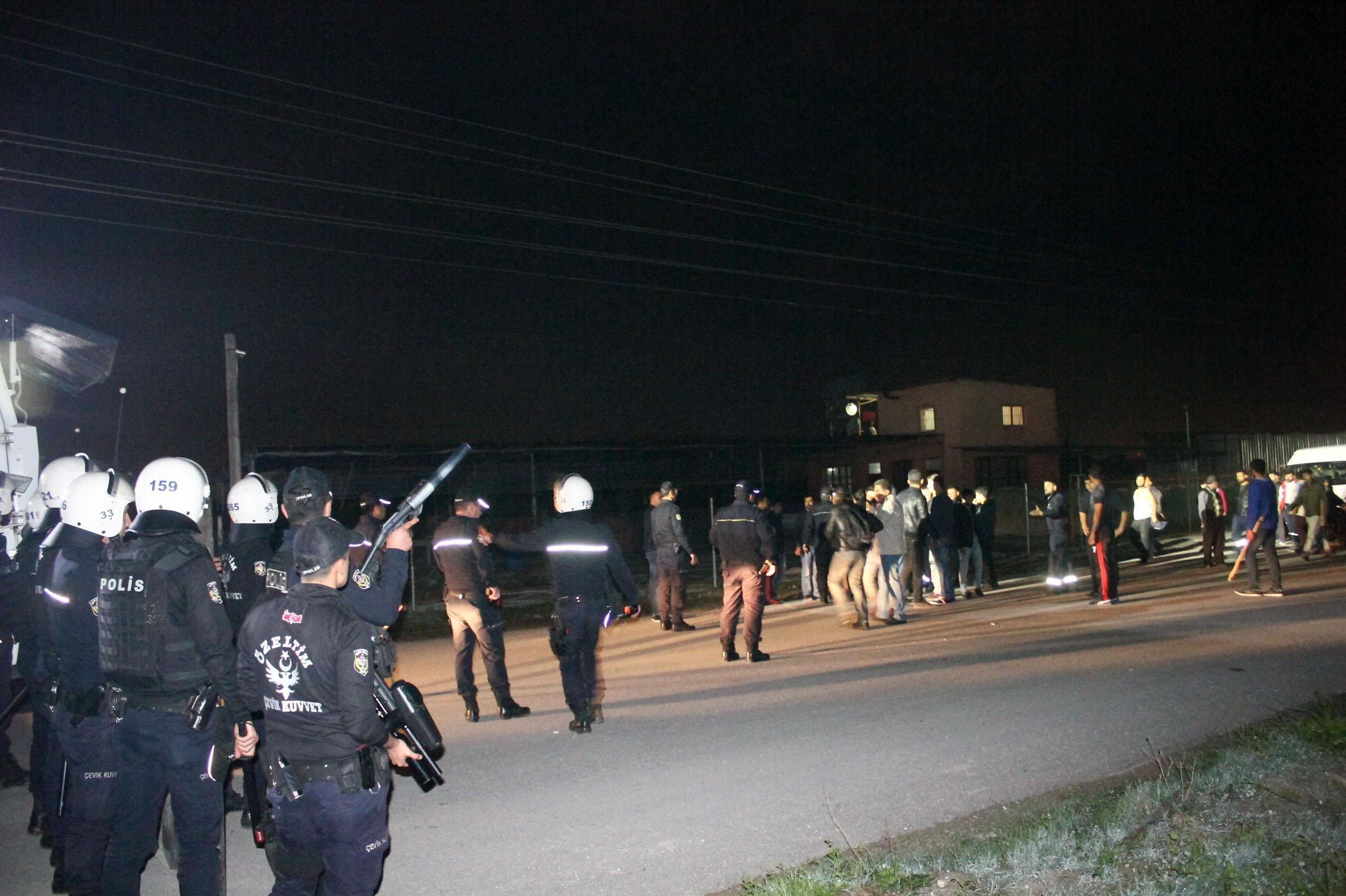 Mahalleye çok sayıda polis, TOMA ve zırhlı araç sevkedildi