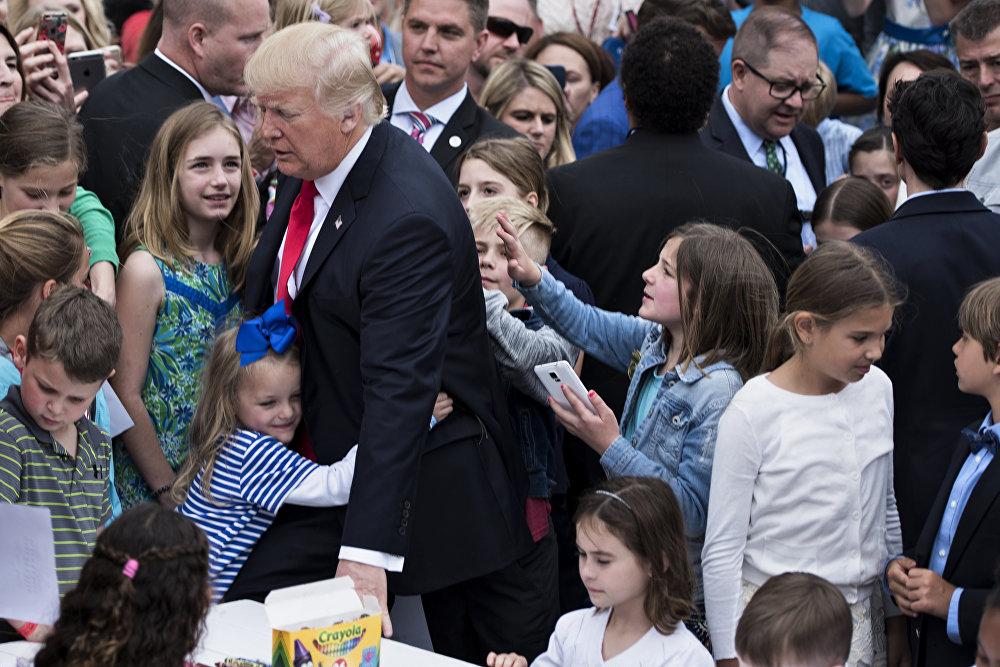 Küçük çocuklardan bazılarının Trump'a sıkı sıkı sarıldığı anlar dikkat çekti.