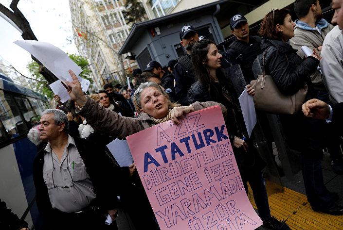 Ankara'da çok sayıda kişi, YSK önünde toplanarak referandumun iptali için dilekçe ile başvuru yaptı.
