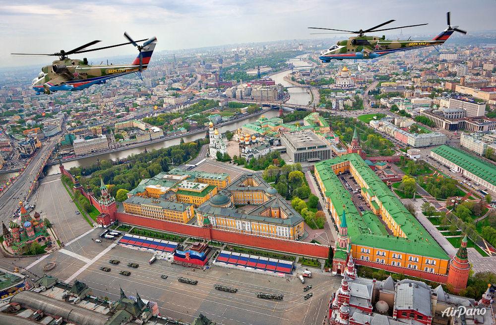 Moskova'da Kızıl Meydan üzerinden geçen Berkut akrobasi grubu.