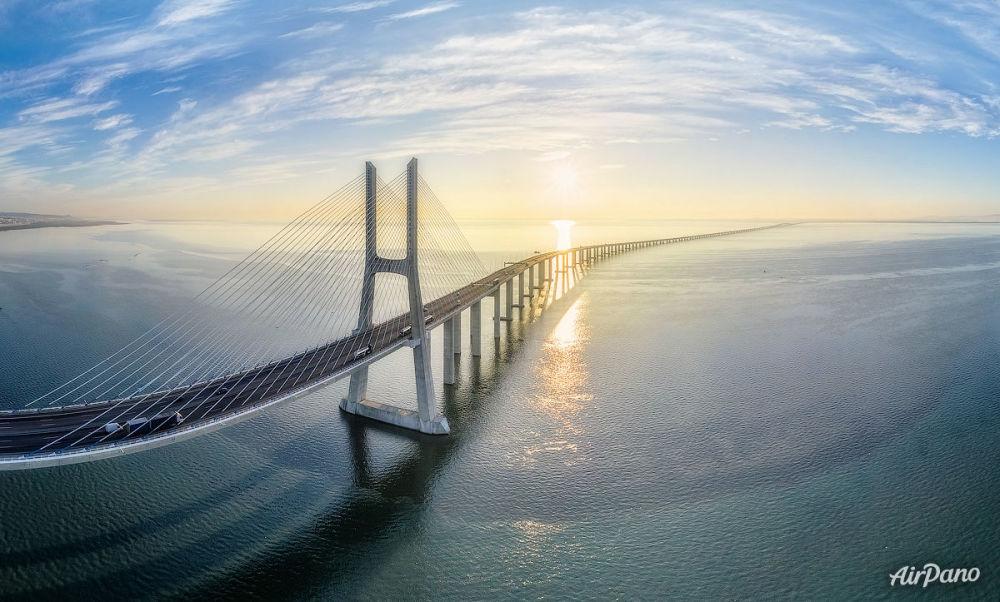Lizbon'daki Vasco de Gama Köprüsü.