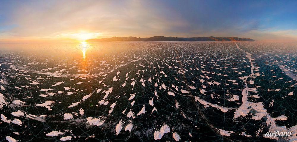 Baykal Gölü'nde gün batımı.