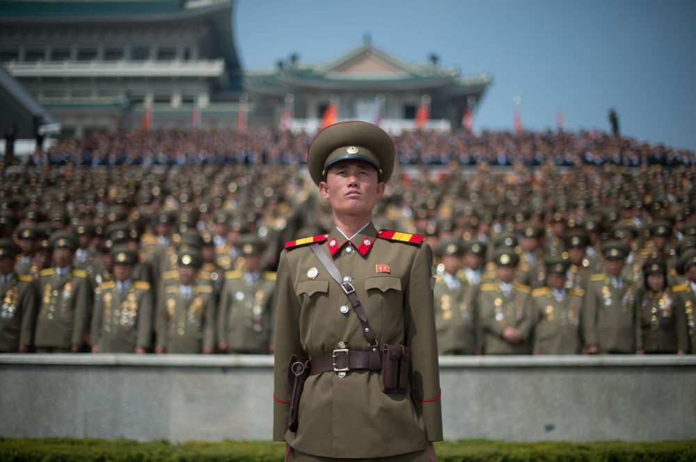 Pyongyang'daki resmi geçide katılan askerler.