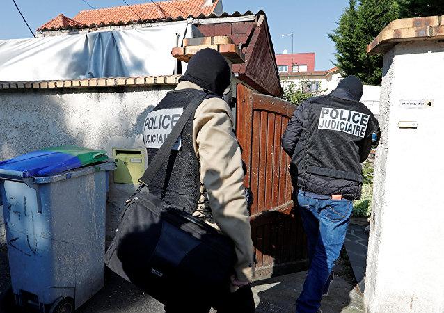 Fransız polisi bir polisi öldüren, iki polisi yaralayan saldırganın evine baskın yaptı
