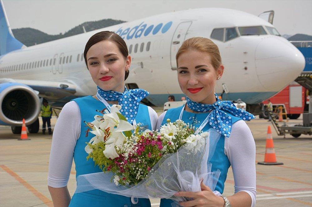Uçaktan inen Rus yolculara, karanfil, çilek, Rusça tanıtım materyalleri ve çeşitli hediyeler verildi