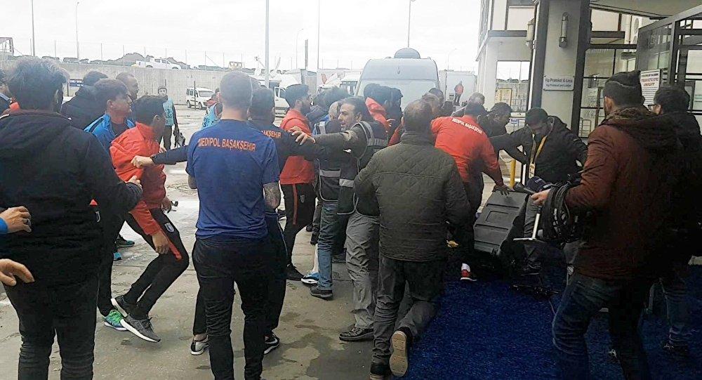 Başakşehirli futbolcu ve kulüp çalışanları muhabir Kutlu'ya saldırdı