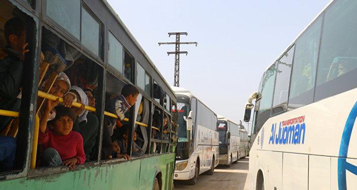 Suriye'de muhalif grupların kontrolündeki bölgeden tahliye edilen siviller