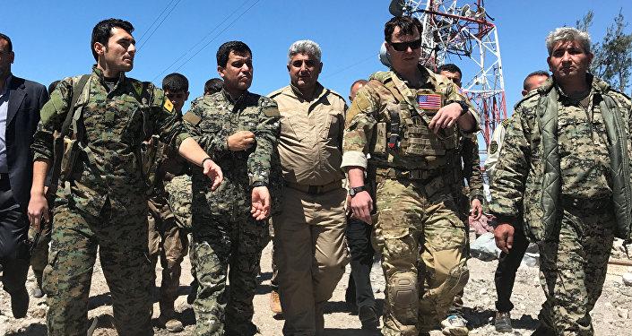 ABD'li komutan, YPG mensuplarıyla vurulan bölgede inceleme yapıyor