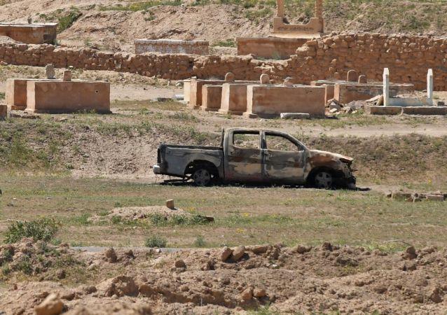 IŞİD, 2014 nisan ayında, Deyr ez-Zor'u Şam ve Palmira'ya bağlayan yolu kapattı.