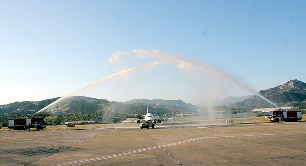 Rusya'dan gelen ilk charter uçak su takı ile karşılandı