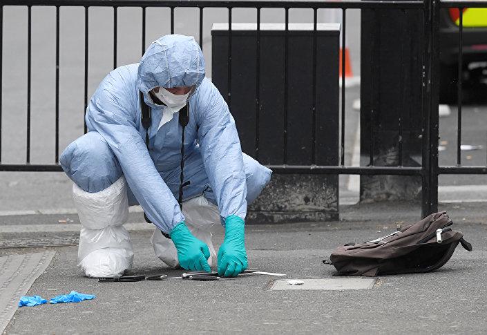 Polis, saldırganın düşürdüğü ifade edilen bıçakları inceliyor