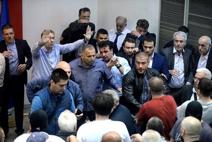 Makedonya parlamentosundaki olaylarda, Sosyal Demokratlar Birliği (SDSM) lideri Zoran Zaev yaralandı.