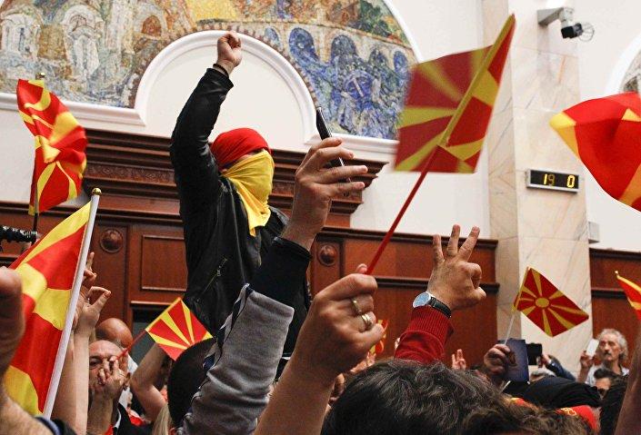 Kar maskeli bir grup, Makedon parlamentosunu bastı