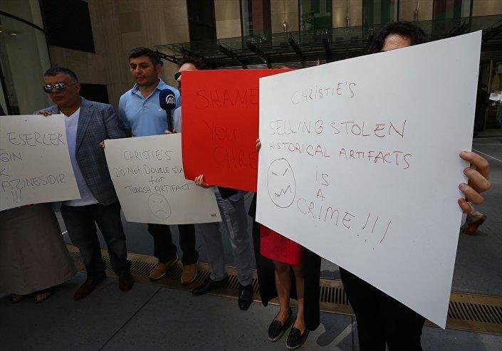 Türkiye'den götürülen 'Guennol Yıldız Avcısı' heykelinin ABD'de 14.5 milyon dolara satılması protesto edildi.