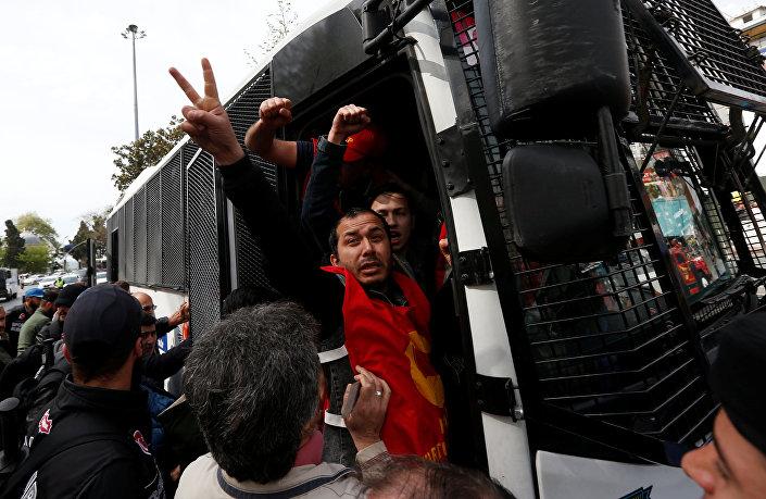1 Mayıs için Beşiktaş'tan Taksim'e yürümek isterken gözaltına alınan grup.