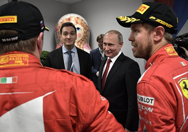 """Rusya Devlet Başkanı Vladimir Putin, Formula 1'de sezonun 4. ayağı Rusya Grand Prix'sinde ilk üç sıraya yerleşen pilotlar Valtteri Bottas, Sebastian Vettel ve Kimi Raikkonen'le ödül töreni sonrası kuliste bir araya geldi.  """"Formula 1 hayranları her geçen gün artıyor"""" diyen Putin """"Soçi'deki tüm oteller dolu"""" ifadelerini kullandı."""