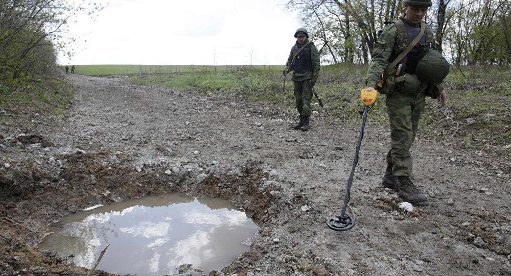 Ukrayna'dan tek taraflı bağımsızlık ilan eden Lugansk Halk Cumhuriyeti milisleri patlayıcı arama görevinde