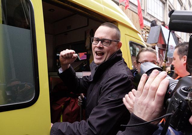 Belçika Emek Partisi (PTB) Sözcüsü Raoul Hedebouw, ambulansa bindiriliyor