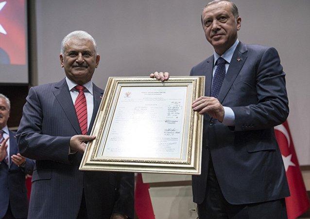 Cumhurbaşkanı Erdoğan, parti genel merkezinde üyelik beyannamesini imzalayarak AK Parti'ye üye oldu.