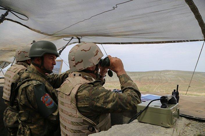 Türkiye ve Azerbaycan'ın ortak tatbikatında, top ve hava saldırısının ardından tank ve zırhlı araçlar düşman hedeflerine doğru atışlar yaparak atağa geçti.