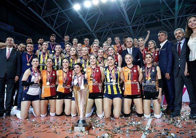 Fenerbahçeli ve Galatasaraylı voleybolcular