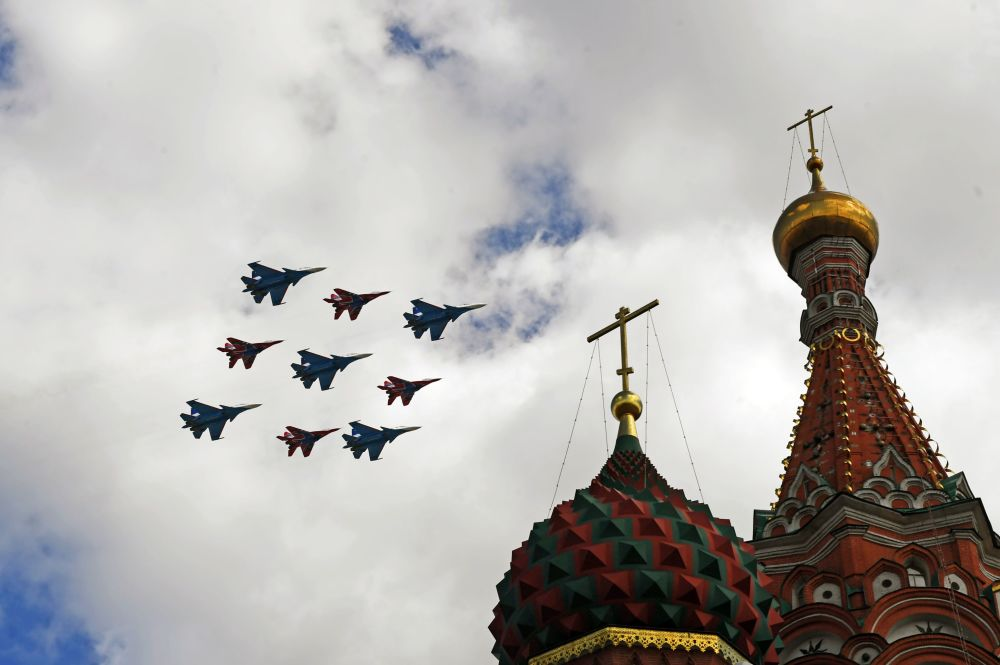 Rus Şövalyeleri akrobasi ekibinin Su-30SM ve ve Kırlangıçlar akrobasi grubunun MiG-29 çok fonksiyonlu uçakları.