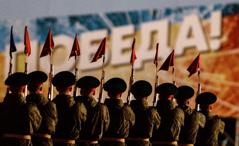 Resmi geçit provasına katılan askerler.