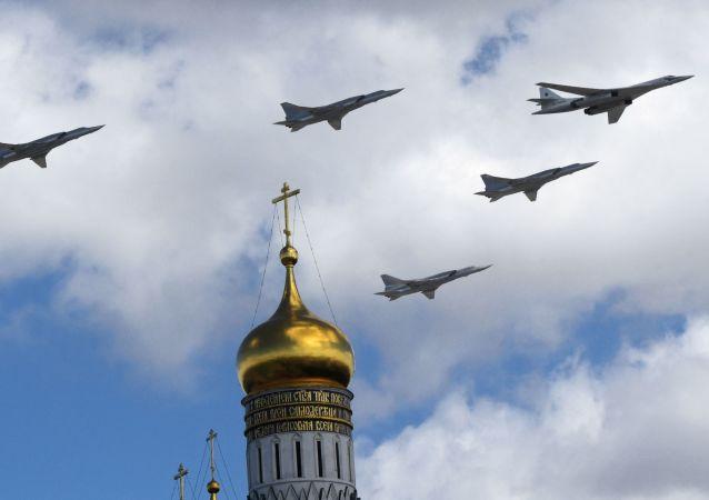 Tu-160 ve Tu-22M3 stratejik bombardıman uçakları.