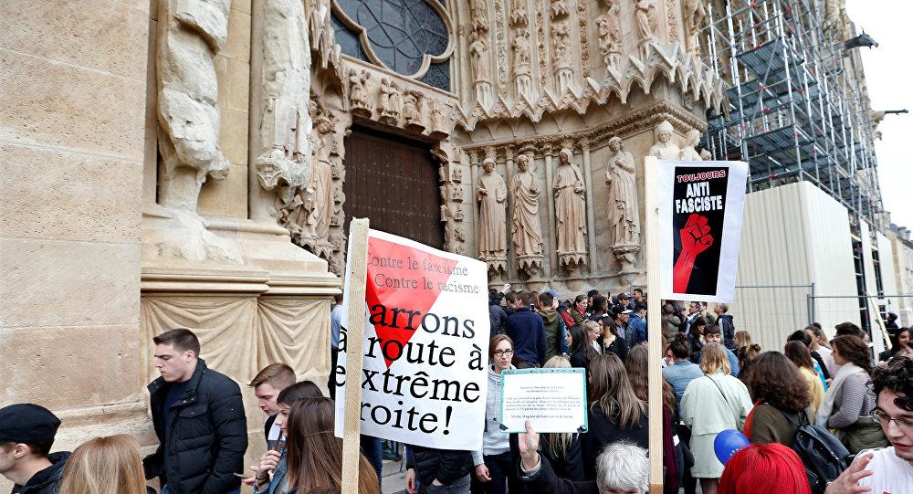 Fransa'da Le Pen'i protesto eden eylemciler