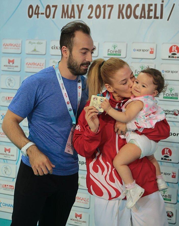 Altın madalyanın sahibi milli karateci Tuba Yakan, sevincini kızı Derin'le paylaştı