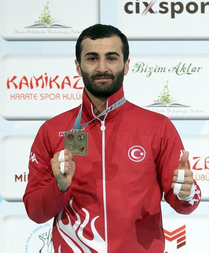 Altın madalyanın sahibi milli karateci Uğur Aktaş