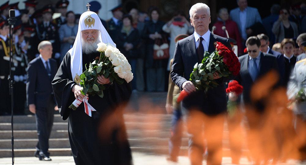 Kremlin Sarayı'nın yanında Aleksandr Bahçesi'nde bulunan Meçhul Asker Anıtı'ndaki Ebedi Ateş'in 50. yıldönümü için düzenlenen tören