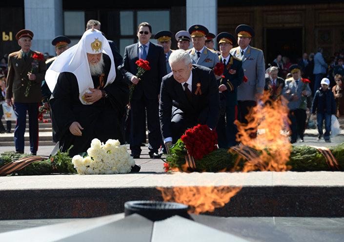 Patrik Kirill ve Moskova Belediye Başkanı Sergey Sobyanin Ebedi Ateş'e çelenk bıraktı