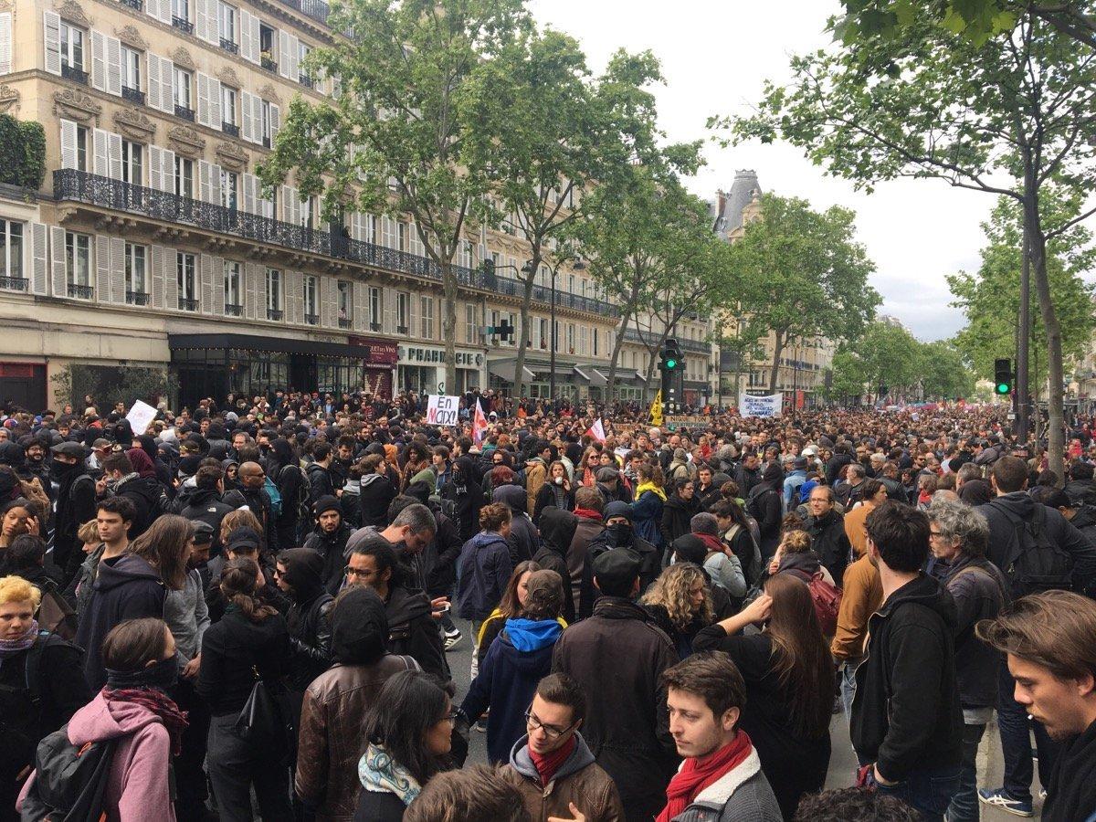 'Sosyal Cephe' adlı grubun üyeleri, Fransa'nın başkenti Paris'te cumhurbaşkanlığı seçiminin sonucunu protesto ediyor.