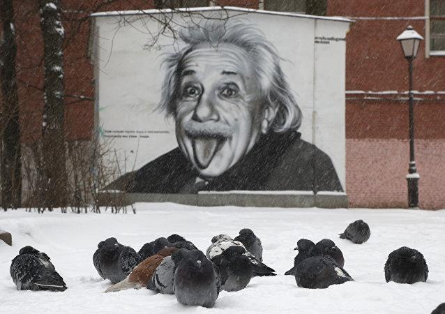 Albert Einstein'ın resmi St. Petersburg duvarında