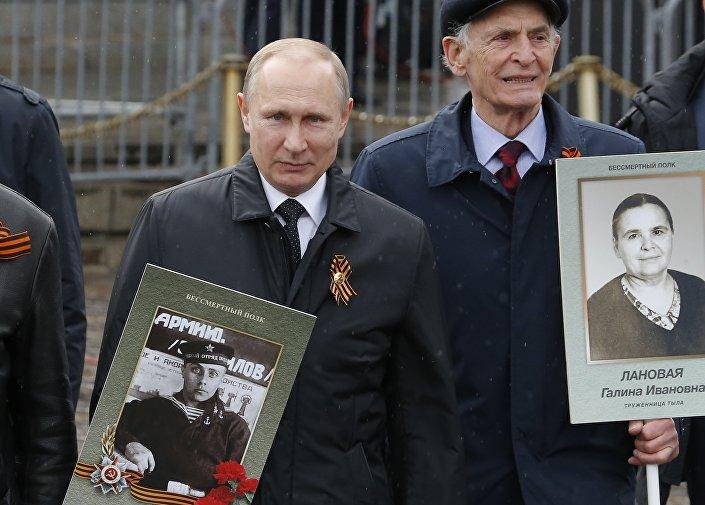 Rusya Devlet Başkanı Vladimir Putin, yürüyüşe bu yıl da babasının fotoğrafıyla katıldı. Putin,'Ölümsüz Alay' yürüyüşüne ilk kez 2015 yılında katılmış ve yine babasının fotoğrafını taşımıştı.