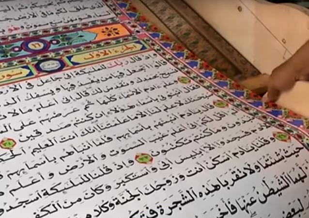 Mısır'da yaşayan 58 yaşındaki hattat Saad Muhammed, dünyanın en uzun Kuran'ını yaptı. Muhammed'in 700 metre uzunluğundaki rulo halindeki bu Kuran'ın tamamını yazması 3 yılını aldı.
