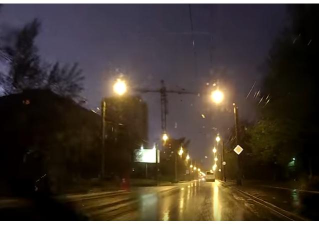 Rusya'nın Krasnoyarsk kentinde metrelerce uzunluktaki bir vincin devrilme anı amatör kameraya yansıdı.