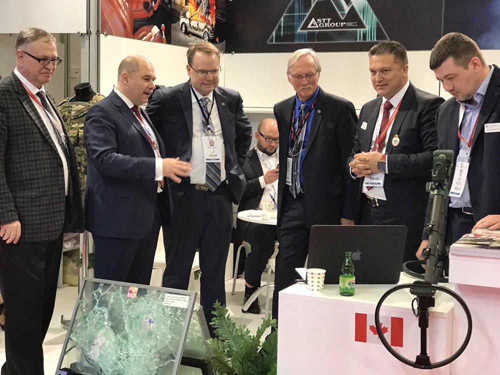 Proterm Genel Müdürü Burçin Girgin (sağdan ikinci) 13. IDEF'te iş adamlarına tanıtım yaparken...