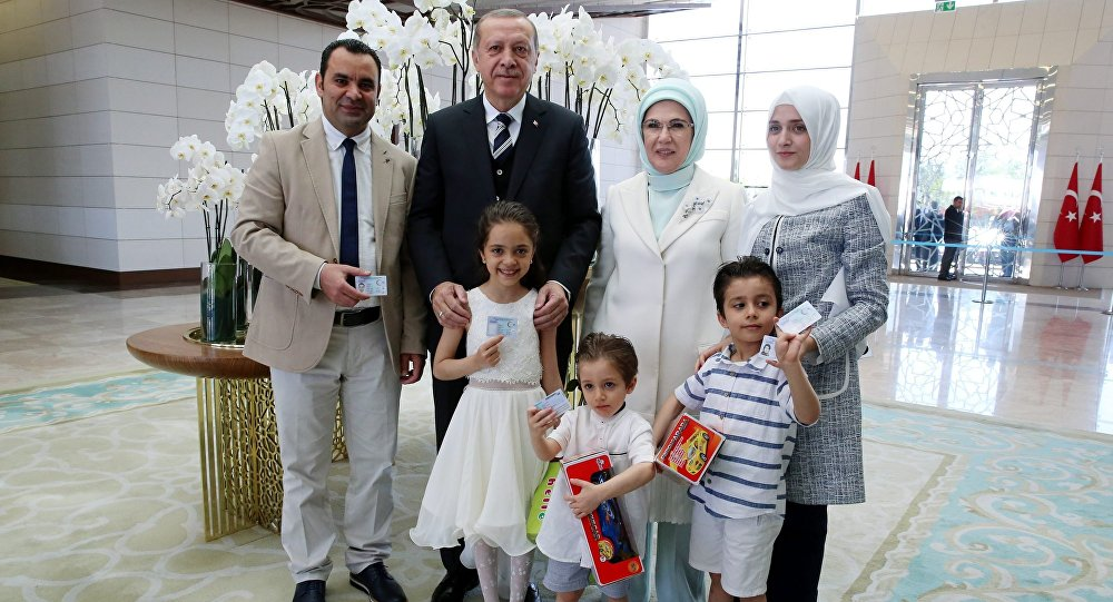 Cumhurbaşkanı Recep Tayyip Erdoğan, Bana Alabed ve ailesine kimliklerini teslim etti