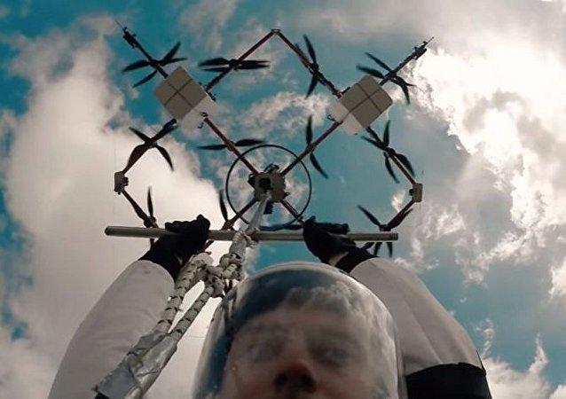Letonyalı paraşütçü, dünyada İHA'dan gerçekleşen ilk atlayışa imza attı