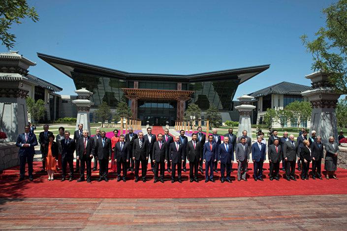 Yanqi Gölü Adası'ndaki Kuşak ve Yol Forumu Liderler Oturumu'na katılan devlet ve hükümet başkanları aile fotoğrafı çektirdi.