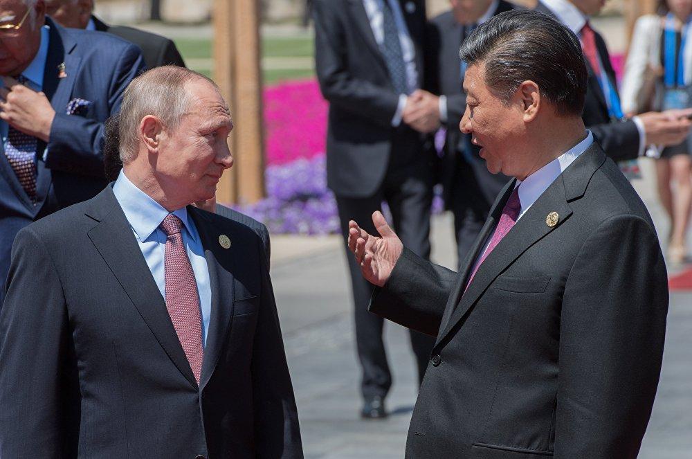 Putin, Yol ve Kuşak Forumu'nun ev sahibi Çin'in Devlet Başkanı Şi Cinping'le de bir araya geldi. Peskov'un aktardığına göre Putin ve Şi, Kore yarımadasındaki gelişmeleri değerlendirdi.