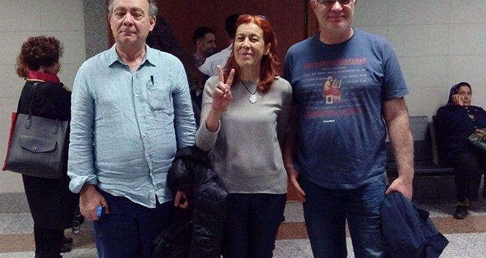 Murat Çelikkan (solda) ve Beyza Üstün (ortada)