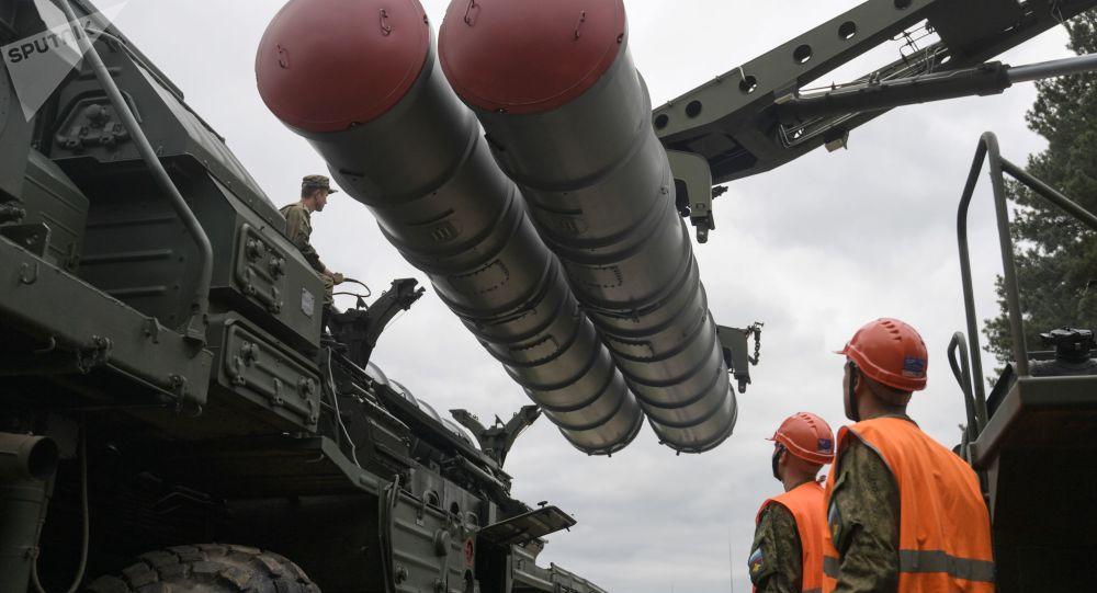 Moskova bölgesinde yapılan eğitim kapsamında S-400 Triumf füze savunma sistemleriyle simule edilmiş füze atımları gerçekleştirildi.